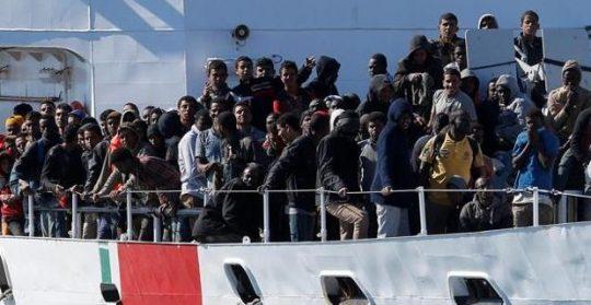 Neziskovky používají stále drsnější metody na prolomení zavřených italských přístavů