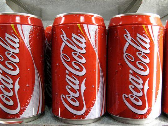 Coca Cola hlásí pokles prodejů o 28 procent a velké propouštění! Na Prague pride ale peníze našla