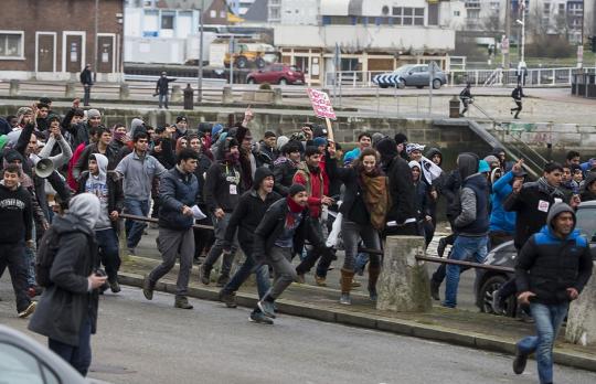 Migranti spustili peklo kousek od českých hranic. Mlátili a shazovali ze schodů německé občany