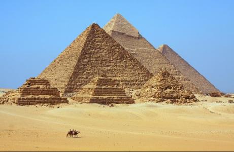 Muž postavil repliku Velké pyramidy a uvnitř se začali dít velice zvláštní věci