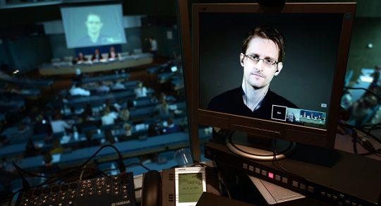 "Rusko poskytuje Snowdenovi azyl a odsuzuje návrh vydat ho Trumpovi jako ""dar"""