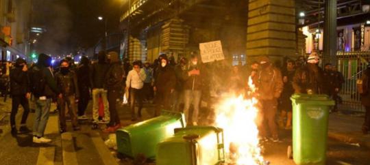 Francouzská policie štvaná jako zvěř, zběsilé násilí kromě Paříže hlásí dalších 20 míst