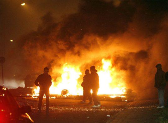 Povstalci zapalují auta a vykořisťují obchody na stockholmském předměstí (FOTO, VIDEO)
