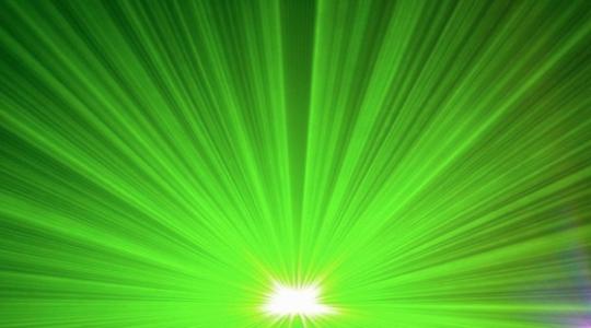 Oblohu nad Vysočinou propaluje výkonný laser. Letadla se musí vyhýbat. Zajímavé, zajímavé přesně takový laser je vidět nad Jemenem