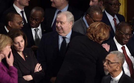 """Tým Hillary Clintonové se setkal s ruským velvyslancem, uvádí mluvčí Kremlu. Varuje před """"hysterií"""""""