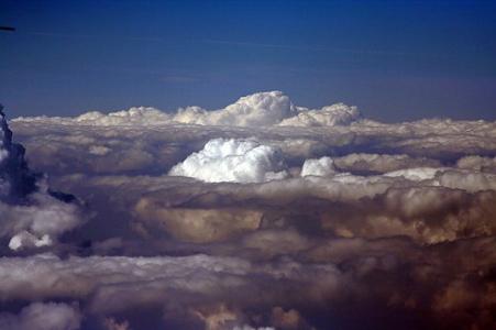 Nad Novosibirskem se objevila obrovská oblačná věž. Video