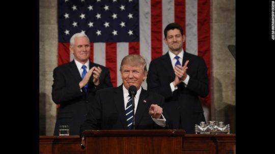 Trump prohlásil, že může zavést v USA výjimečný stav