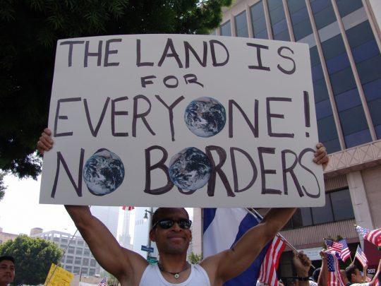 Imigrace jako útok na majektová práva domácích obyvatel