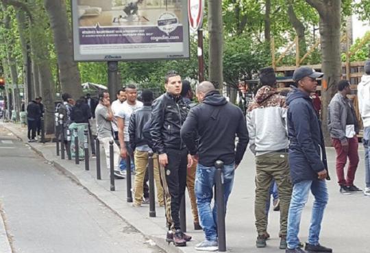 """Šokujúca reportáž Le Parisien: V jednej zo štvrtí v centre Paríža prebieha hon na ženy. Primátorka pod tlakom priznáva, že o probléme """"vie už týždne"""""""