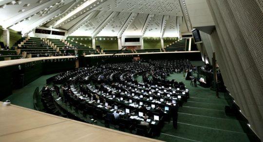 Střelci útočí na íránský parlament a mauzoleum. Zahynul nejméně jeden člověk a další jsou zraněni