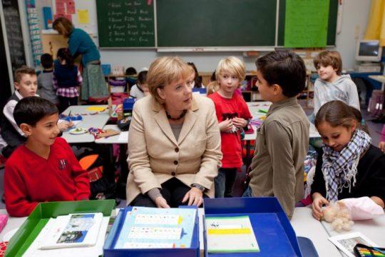 Česko-německý fond budoucnosti vozí do Česka migranty a ukazuje je českým školákům jako přínosné multikulti obohacení pro národ! Školy v tichosti reprogramují vaše vlastní děti ke změně světonázoru a akceptaci migrace a Islámu jako přirozeného prostředí pro budoucí Evropu!
