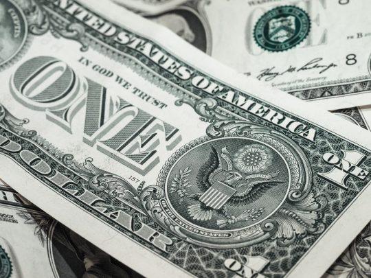 Dolar těsně přes kolapsem: CIA insider varuje Američany před bezprostřední finanční krizí