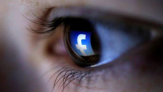 Facebook vás chce sledovať cez web kameru a smartphon