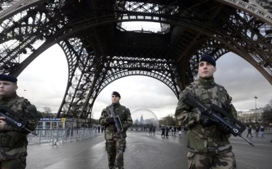 Zeď kolem Eiffelovky je vzkaz: Projekt EU je mrtvý