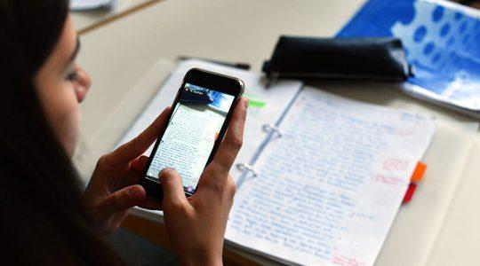 'Nemůžeme oddělovat skutečný svět a školu': Itálie se chystá přijmout smartphony jako základ výuky