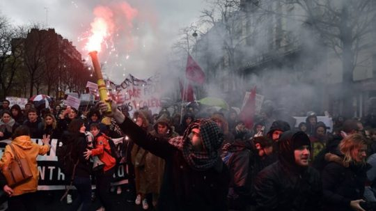 """Tisíce lidí vyšly do ulic Paříže protestovat proti """"rothschildovskému elitáři"""" Emanuelu Macronovi"""