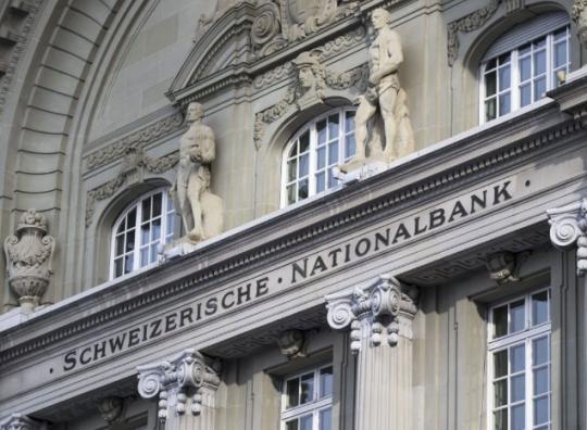 Finančníci řeší rébus. Proč akcie centrální banky Švýcarska strmě rostou?
