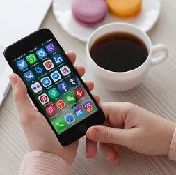 Hacker: Hovory a SMS sa dajú veľmi ľahko sledovať. Ľudia by mali používať šifrovacie aplikácie