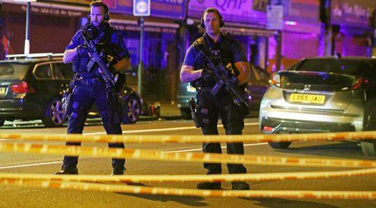 """Ozbrojení policisté evakuují cestující z londýnského metra poté, co byla hlášena zpráva o """"výbuchu"""""""