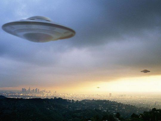 """Policie zatkla """"opilého"""" cestovatele v čase z roku 2048, který varoval před mimozemskou invazí"""