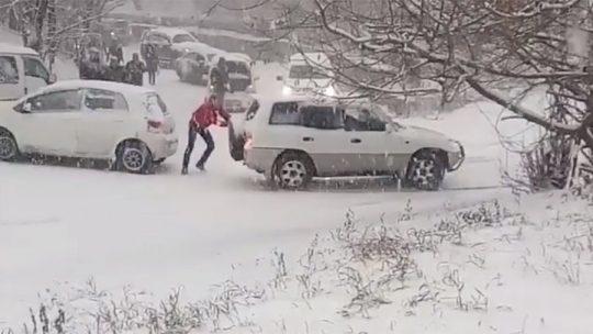 První sníh proměnil ruské město v kluziště. Neřiditelná vozidla do sebe hromadně narážejí. Je hlášeno stovky autonehod – VIDEO