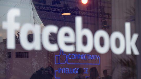 """Nadace George Sorose poslala 100 000 eur agentuře, která provádí cenzuru na Facebooku a maže """"závadné"""" příspěvky"""