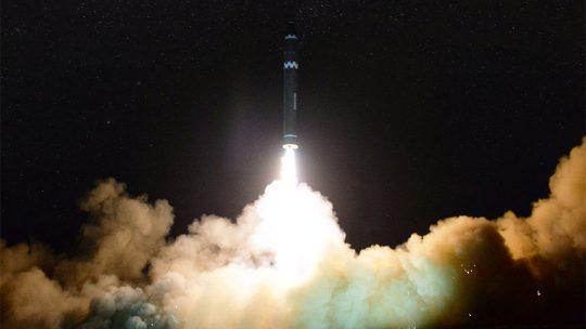 """Severní Korea zveřejnila fotografie nejnovějšího testu jaderné střely Hwasong-15 """"schopné zasáhnout celou pevninu USA"""""""