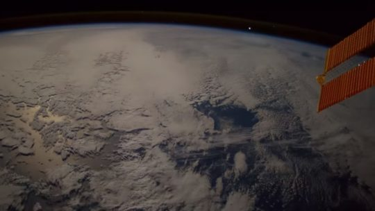 Kolem Země proletěla obrovská ohnivá koule, zachyceno na kameru! (VIDEO)