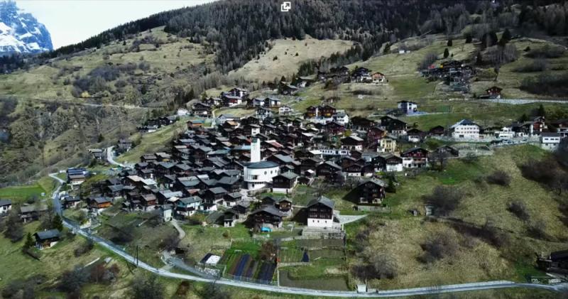 Okouzlující vesnice ve Švýcarských Alpách nabízí nově příchozím rodinám v přepočtu 1,5 milionu korun