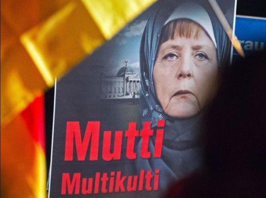Merkelová ztrácí kontrolu: Němci zahájili velké protesty proti migrantům a otevřeným hranicím