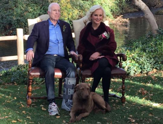 Zranění Johna McCaina se záhadně přesunulo z pravé nohy na levou