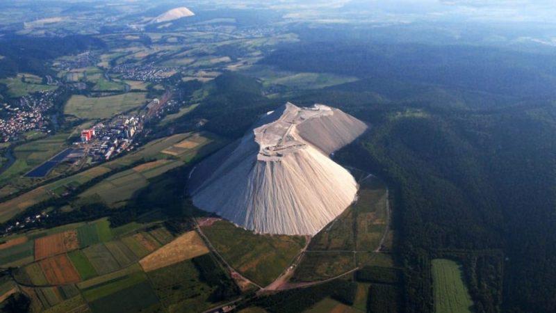 Obří bílá hora v Německu: Co to vyrostlo kousek od našich hranic?