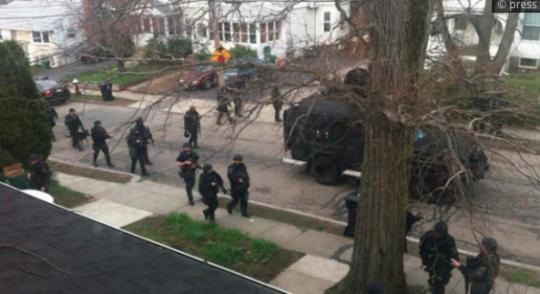 Do ulic Chicaga vjeli vojáci. Zavedeno stanné právo. A média? Mlčí