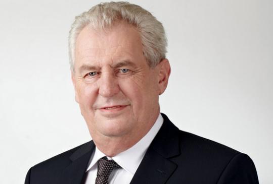 Prezidentský duel původně chtěla odvysílat TV Nova, kandidát Jiří Drahoš debatu odmítl. I proto proti moderátorovi Reyi Korantengovi usedl sám prezident Miloš Zeman.