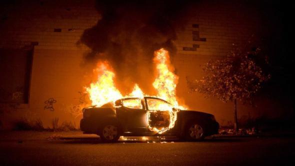 Mladí migranti v Paříži zbili policistku a zapálili přes tisíc aut
