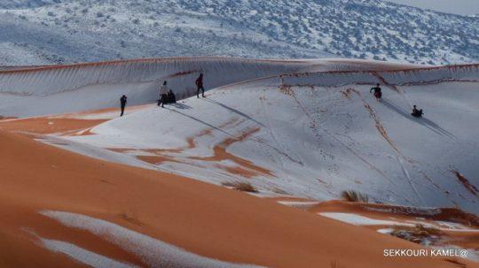 """Příroda """"vrací úder"""". Sněhová vichřice na Sahaře, v poušti napadlo půl metru"""