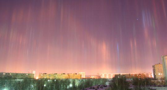 """Pozdrav z nebe: nad Petrohradem se objevily """"světelné sloupy"""" (FOTO)"""