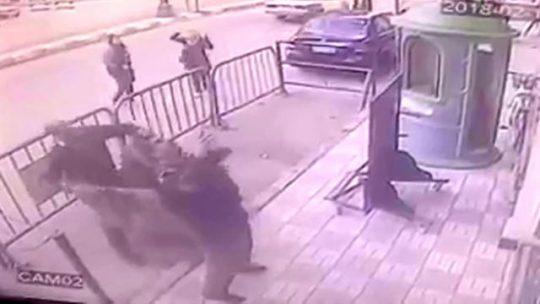 Egyptský policista chytil pětiletého chlapce, který vypadl ze třetího patra (VIDEO)