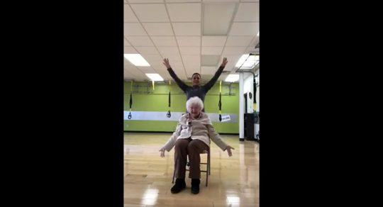 Podívejte se, jak cvičí nejroztomilejší babička světa. Její smích vás zaručeně nakazí