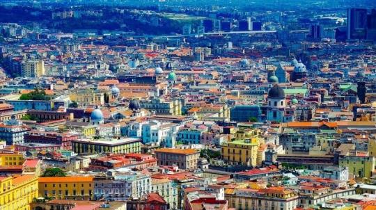 Prázdné ulice, zabarikádované domy. Itálii terorizují násilnické gangy