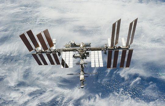 Když přeletí americká družice přes nějaké území