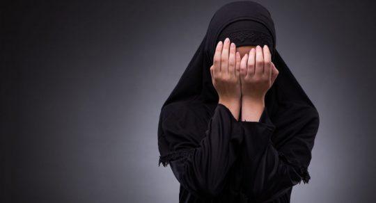 TŘI MUSLIMKY DOSTANOU ODŠKODNÉ 180 TISÍC DOLARŮ ZA TO, ŽE JE POLICE DONUTILA SUNDAT SI HIDŽÁB