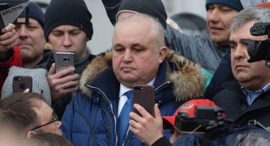Viceguvernér na kolenou prosil obyvatele ruského Kemerova o odpuštění (FOTO)