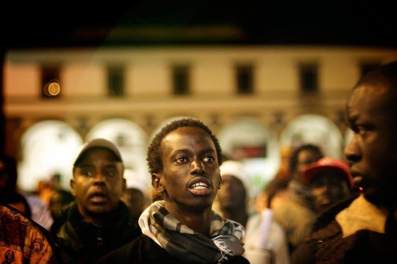 """Vzniká v Paříži hnutí """"černých vest""""? Černí migranti bez dokladů obsadili pařížský Pantheon"""
