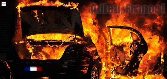 """Francie ve válce: Oběti """"odlidštěných paneláků"""" útočí na hasiče. Tisíc hořících aut lze ještě považovat za """"klid""""? Policisté páchají sebevraždy. Bude jen hůř?"""