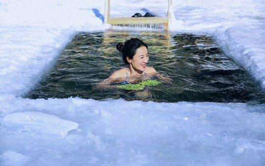 50letá Číňanka pózuje na jezeru Bajkal v -40 stupních (FOTO)