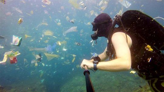 Video: Potápěč na Bali natočil neuvěřitelné znečištění moře plastem
