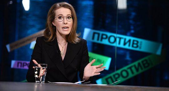 """Předvolební skandál v Rusku: Kandidátka chrstla sklenici vody do obličeje svému soupeři, který ji nazval """"husou"""" a """"courou"""" (VIDEO)"""