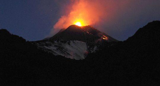 Sopka Etna sklouzává k moři