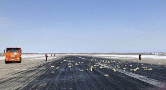 Z ruského letadla se na přistávací dráhu vysypalo 172 zlatých cihel